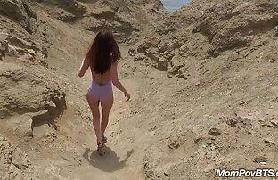 Russische Frau in sexuellen reife frauen mit schönen brüsten Beziehungen mit dem Mann vor der Kamera gekleidet